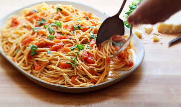 Pasta with Uncooked Tomato and Fresh Basil Sauce
