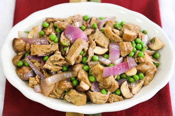 Sautéed seitan with green peas and mushrooms